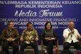 Menteri Keuangan Sri Mulyani (kedua kanan) bersama Menteri Pekerjaan Umum dan Perumahan Rakyat Basuki Hadimuljono (kanan), Menkominfo Rudiantara (kedua kiri) dan Direktur Utama PT Penjaminan Infrastruktur Indonesia Armand Hermawan (kiri) menyampaikan keterangan kepada wartawan usai menyaksikan penandatanganan perjanjian dan peluncuran proyek BUMN pada Pertemuan Tahunan IMF World Bank Group 2018, di Hotel Melia, Nusa Dua, Bali, Senin (8/10). Proyek kerjasama pemerintah dan BUMN tersebut diantaranya terkait penyediaan air minum (KPBU SPAM) Semarang Barat, proyek KPBU kereta api Makasar-Pare Pare, proyek KPBU Preservasi jalan non tol ruas Sumatera Selatan, serta peluncuran proyek satelit multifungsi. ANTARA FOTO/ICom/AM IMF-WBG/Puspa Perwitasari