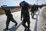Sejumlah siswa Pendidikan Intai Amfibi (Diktaifib) angkatan ke-XXXXV Sekolah khusus (Sesus) Marinir berjalan dengan membopong balok kayu ketika mengikuti