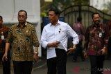 Menko Polhukam Wiranto (tengah) bersama Menteri Perhubungan Budi Karya Sumadi (kiri) dan Dirut Bulog Budi Waseso bergegas seusai mengikuti rapat terbatas di Kompleks Istana Kepresidenan, Jakarta, Rabu (31/10/2018). Rapat terbatas yang tertutup bagi wartawan tersebut membahas antara lain pangan, perminyakan dan ketenagakerjaan. ANTARA FOTO/Wahyu Putro A/pras.