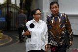 Menteri Luar Negeri Retno LP Marsudi (kiri) berbincang dengan Menteri ESDM Ignasius Jonan (kanan) seusai mengikuti rapat terbatas di Kompleks Istana Kepresidenan, Jakarta, Rabu (31/10/2018). Rapat terbatas yang tertutup bagi wartawan tersebut membahas antara lain pangan, perminyakan dan ketenagakerjaan. ANTARA FOTO/Wahyu Putro A/pras.
