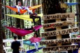 Pengunjung berwisata di hutan pinus agrowisata Gunung Pancar, Bogor, Jawa Barat, Sabtu (20/10/2018). Realisasi program Hutan Sosial di wilayah Jawa Barat saat ini sudah mencapai 12.534 hektar dari total 180 ribu hektar yang ditargetkan pemerintah pusat. ANTARA JABAR/Yulius Satria Wijaya/agr.