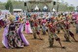 Ribuan warga menampilkan Tari Jipeng dalam acara Ciletuh Geopark Festival di Taman Jaya Panenjoan, Kabupaten Sukabumi, Jawa Barat, Sabtu (13/10). Tarian yang melibatkan 5113 orang tersebut berhasil memecahkan rekor dunia dan mendapatkan penghargaan dari Record Holders Republic (RHR) atas rekor peserta terbanyak Tari Jipeng. ANTARA JABAR/Nurul Ramadhan/agr/18