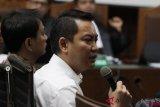 Mantan anggota DPR Fayakhun Andriadi (kanan), Anggota DPR Fraksi Partai Golkar M. Aziz Syamsuddin (kiri) menjadi saksi dalam sidang lanjutan kasus korupsi KTP elektronik Irvanto Hendra Pambudi Cahyo dan  Made Oka Masagung di Pengadilan Tipikor, Jakarta, Selasa (2/10/2018). Sidang tersebut beragendakan mendengarkan keterangan saksi Jaksa Komisi Pemberantasan Korupsi (KPK), dengan menghadirkan saksi mantan Bupati Kutai Kartanegara Rita Widyasari, dan anggota DPR Fraksi Partai Golkar M. Aziz Syamsuddin. ANTARA FOTO/Reno Esnir/wsj.
