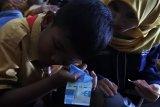 Komunitas Generasi Baru Indonesia (GenBI) Jember melakukan sosialisasi ciri keaslian uang rupiah di SLB-A Bintoro, Patrang, Jember, Jawa Timur, Sabtu (20/10/2018). GenBI Jember mengajar anak-anak tuna netra di sekolah itu bermaterikan pengenalan keaslian uang rupiah melalui tanda kode tuna netra (blind-code) dan ciri fisik uang. Antara Jatim/Seno/ZK.