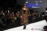Susi Pudjiastuti lenggak lenggok tampil di show Anne Avantie