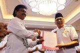 Wakil Ketua Tim Kampanye Nasional (TKN) Jokowi-KH Ma'ruf Amin, Johnny G Plate (kiri) bersalaman dengan Ketua Tim Kampanye Daerah (TKD) Kalbar, Hildi Hamid (kanan) saat pengukuhan TKD Kalbar di Pontianak, Sabtu (20/10). TKD Jokowi-KH Ma'ruf Amin Provinsi Kalbar optimis meraih perolehan suara sebesar 70 persen dari pemilih di Kalbar dalam Pilpres mendatang. ANTARA FOTO/Jessica Helena Wuysang/18