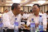 Gubernur Kalbar sekaligus Ketua Dewan Pengarah Tim Kampanye Daerah (TKD) Kalbar, Sutarmidji (kiri) berbincang dengan Ketua DPD PDIP Kalbar sekaligus Dewan Penasehat TKD Kalbar, Cornelis (kanan) saat pengukuhan TKD Kalbar di Pontianak, Sabtu (20/10). TKD Jokowi-KH Ma'ruf Amin Provinsi Kalbar optimis meraih perolehan suara sebesar 70 persen dari pemilih di Kalbar dalam Pilpres mendatang. ANTARA FOTO/Jessica Helena Wuysang/18