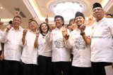 Wakil Ketua Tim Kampanye Nasional (TKN) Jokowi-KH Ma'ruf Amin, Johnny G Plate (ketiga kanan) bersama Wakil Sekretaris TKN Verry Surya Hendrawan (kedua kanan), Ketua Tim Kampanye Daerah (TKD) Kalbar Hildi Hamid (kanan), Gubernur Kalbar Sutarmidji (kiri), Ketua DPD PDIP Kalbar Cornelis (kedua kiri) dan Bupati Landak Karolin Margret Natasa (ketiga kiri) mengacungkan satu jari saat pengukuhan TKD Kalbar di Pontianak, Sabtu (20/10). TKD Jokowi-KH Ma'ruf Amin Provinsi Kalbar optimis meraih perolehan suara sebesar 70 persen dari pemilih di Kalbar dalam Pilpres mendatang. ANTARA FOTO/Jessica Helena Wuysang/18