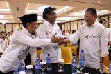 Wakil Ketua Tim Kampanye Nasional (TKN) Jokowi-KH Ma'ruf Amin Johnny G Plate (tengah) bersama Wakil Sekretaris TKN Verry Surya Hendrawan (kiri) dan Ketua DPD PDIP Kalbar sekaligus Dewan Penasehat TKD Kalbar Cornelis (kanan) saat pengukuhan TKD Kalbar di Pontianak, Sabtu (20/10). TKD Jokowi-KH Ma'ruf Amin Provinsi Kalbar optimis meraih perolehan suara sebesar 70 persen dari pemilih di Kalbar dalam Pilpres mendatang. ANTARA FOTO/Jessica Helena Wuysang/18