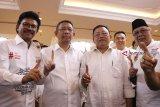 Wakil Ketua Tim Kampanye Nasional (TKN) Jokowi-KH Ma'ruf Amin Johnny G Plate (kiri) berbincang bersama Gubernur Kalbar sekaligus Ketua Dewan Pengarah Tim Kampanye Daerah (TKD) Kalbar, Sutarmidji (tengah) dan Ketua DPD PDIP Kalbar sekaligus Dewan Penasehat TKD Kalbar, Cornelis (kanan) saat pengukuhan TKD Kalbar di Pontianak, Sabtu (20/10). TKD Jokowi-KH Ma'ruf Amin Provinsi Kalbar optimis meraih perolehan suara sebesar 70 persen dari pemilih di Kalbar dalam Pilpres mendatang. ANTARA FOTO/Jessica Helena Wuysang/18