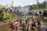 Sejumlah anak mengikuti upacara adat Irung-irung (membersihkan mata air) saat Festival Cihideung di Parongpong, Kabupaten Bandung Barat, Jawa Barat, Sabtu (20/10/2018). Kegiatan tersebut merupakan bentuk rasa syukur atas melimpahnya air untuk kesuburan tanah dan gerakan mengajak masyarakat untuk menjaga keberadaan mata air. ANTARA FOTO/M Agung Rajasa/wdy/2018