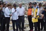 Wakil Presiden Jusuf Kalla (kedua kiri) berbincang dengan Sekjen PBB Antonio Guterres (ketiga kiri), CEO Bank Dunia Kristalina Georgieva dan Kepala BNPB Willem Rampangilei (ketiga kanan) ketika meninjau lokasi terdampak gempa dan pencairan tanah (likuifaksi) di Balaroa, Palu, Sulawesi Tengah, Jumat (12/10/2018). Kunjungan wapres beserta rombongan di sejumlah lokasi seperti Balaroa, RS Anutapura, Jembatan Kuning serta lokasi pengungsian tersebut untuk meninjau secara langsung dampak gempa dan tsunami di Sulteng. ANTARA FOTO/Wahyu Putro A/pras.
