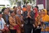 Direktur Pelaksana IMF Christine Lagarde (ketiga kanan) memberi salam kepada petugas pameran kerajinan Indonesia di sela Pertemuan Tahunan IMF - World Bank Group 2018 di Bali Nusa Dua Convention Center, Nusa Dua, Bali, Minggu (14/10). Pertemuan tahunan yang telah berlangsung dengan lancar 8 - 14 Oktober tersebut ke depannya ditargetkan dapat memberi pengaruh positif bagi Indonesia. ANTARA FOTO/ICom/AM IMF-WBG//Nyoman Budhiana/wdy/2018.
