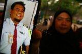Orang tua dari Co Pilot Lion Air JT 610 menunjukan foto anaknya, Harvino (42), di kediamannya di kawasan Serpong, Tangerang Selatan, Banten, Selasa (30/10/2018). Co Pilot Harviano bersama Pilot Capt Bhavye Suneja merupakan awak yang menerbangkan pesawat Lion Air JT 610 yang mengangkut 181 penumpang dan 7 orang awak kabin. Pesawat ini mengalami kecelakaan di atas laut Tanjung Kerawang. ANTARA FOTO/Muhammad Iqbal/kye.