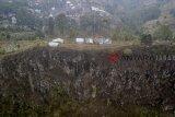 Foto udara Gunung Batu yang termasuk dalam sesar Lembang atau patahan Lembang di Kabupaten Bandung Barat, Jawa Barat, Selasa (30/10/2018). Penelitian yang dilakukan oleh Pemkot Bandung, ITB, dan United Nation menyebutkan bahwa sesar Lembang yang merupakan patahan geser aktif yang membentang sepanjang 29 kilometer tersebut memiliki potensi gempa di atas 5 SR. ANTARA JABAR/Raisan Al Farisi/agr.
