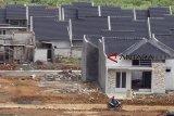 Aktivitas pembangunan perumahan di Bogor, Jawa Barat, Selasa (23/10/2018). Target penyaluran Fasilitas Likuiditas Pembiayaan Perumahan (FLPP) pada tahun 2018 sebanyak 58.672 unit, tapi FLPP yang disalurkan masih jauh dari angka tersebut, hingga kuartal ketiga tahun 2018 FLPP yang disalurkan masih sekitar 30 persen. ANTARA JABAR/Yulius Satria Wijaya/agr.