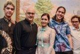 Maia Estianty pamer foto dengan Irwan Mussry dan anak-anaknya
