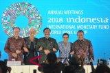 Menko Kemaritiman Luhut Binsar Pandjaitan (tengah), Menteri Keuangan Sri Mulyani Indrawati (kedua kanan), Gubernur Bank Indonesia Perry Warjiyo (kanan), Presiden Grup Bank Dunia Jim Yong Kim (kiri) dan Direktur Pelaksana IMF Christine Lagarde (kedua kiri) berfoto bersama saat media briefing penutupan Pertemuan Tahunan IMF - World Bank Group 2018 di Nusa Dua, Bali, Minggu (14/10). ANTARA FOTO/ICom/AM IMF WBG/Fikri Yusuf/wdy/2018.
