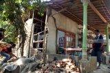 Warga membersihkan puing-puing bangunan dinding rumahnya yang ambruk akibat gempa bumi di Kelurahan Kebonagung, Kecamatan Kaliwates, Kabupaten Jember, Jawa Timur, Kamis (11/10). Gempa bumi berkekuatan 6,3 SR yang berpusat di Kabupaten Situbondo menyebabkan rumah warga di Kabupaten Jember mengalami kerusakan. Antara Jatim/Zumrotun Solichah/mas/18