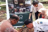 Rizal Bukhari - Senior Manager Engagement FSC Indonesia sedang melakukan seremonial penanaman bersama bibit pohon yang dilakukan bersama Lampita – Kasubag Tata Usaha SMK Negeri 57 Jakarta Selatan di area sekolah SMK Negeri 57 Jakarta Selatan. (Megapolitan.Antaranews.Com/Foto: Humas FSC).