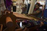Seorang perajin yang juga penyandang disabilitas menujnukkan kemmapuannya menenun kain khas NTT pada pameran industri kreatif di sela Konferensi Internasional Ekonomi Kreatif di Nusa Dua, Bali, Rabu (7/11/2018). Kegiatan selama tiga hari yang dihadiri sekitar 2.000 peserta dari 30 negara itu merupakan konferensi pertama dan menjadi ajang bertukar ide untuk membangun ekonomi kreatif secara global. Antaranews Bali/Nyoman Budhiana.