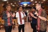 Kepala Kantor Staf Kepresidenan Moeldoko (kedua kanan) didampingi Gubernur Kalbar Sutarmidji (kiri), Wakil Ketua Komisi IV DPR RI Daniel Johan (kanan) dan Ketua Himpunan Mahasiswa Buddhis Indonesia (Hikmahbudhi) Sugiartana (kedua kanan) menghadiri Kongres X Hikmahbudhi di Maha Vihara  Maitreya, Kabupaten Kubu Raya, Kalbar, Sabtu (17/11/2018). Dalam acara yang dihadiri mahasiswa Buddha se-Indonesia tersebut, Moeldoko menyampaikan presentasi tentang keberhasilan pemerintahan Joko Widodo dan materi bertajuk keadilan sosial untuk keutuhan bangsa. ANTARA FOTO/Jessica Helena Wuysang