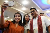 Kepala Kantor Staf Kepresidenan Moeldoko (kanan) berfoto bersama aktivis mahasiswa saat menghadiri Kongres X Himpunan Mahasiswa Buddhis Indonesia (Hikmahbudhi) di Maha Vihara  Maitreya, Kabupaten Kubu Raya, Kalbar, Sabtu (17/11/2018). Dalam acara yang dihadiri mahasiswa Buddha se-Indonesia tersebut, Moeldoko menyampaikan presentasi tentang keberhasilan pemerintahan Joko Widodo dan materi bertajuk keadilan sosial untuk keutuhan bangsa. ANTARA FOTO/Jessica Helena Wuysang