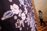 Pengunjung mengamati kain batik yang dipajang saat Pameran Batik Lamongan bertajuk