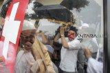 Sejumlah keluarga dan kerabat membawa jenazah korban jatuhnya pesawat Lion Air JT 610 Arif Yustian di TPU Karang Anyarm Bojong Gede, Bogor, Jawa Barat, Jumat (9/11/2018). Arif Yustian merupakan salah satu penumpang pesawat Lion Air JT 610 yang jatuh di perairan Tanjung Karawang, Jawa Barat. ANTARA JABAR/Yulius Satria Wijaya/agr