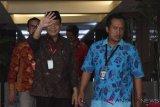 Wakil Ketua DPR Taufik Kurniawan (kiri) mendatangi Gedung Komisi Pemberantasan Korupsi untuk menjalani pemeriksaan di Jakarta, Jum'at (2/11/2018). Taufik memenuhi panggilan setelah dua kali mangkir sebagai tersangka kasus dugaan penerimaan hadiah atau janji terkait pengurusan anggaran Dana Alokasi Khusus (DAK) untuk Kabupaten Kebumen pada APBN Perubahan Tahun 2016. ANTARA FOTO/Indrianto Eko Suwarso/ama.