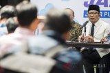 Gubernur Jawa Barat Ridwan Kamil memberikan keterangan mengenai Upah Minimum Provinsi (UMP) Jabar Tahun 2019 di Bandung, Jawa Barat, Kamis (1/11/2018). Upah Minimum Provinsi (UMP) Jabar Tahun 2019 sebesar Rp1.668.372,83 atau naik 8,03 persen dari tahun 2018. ANTARA JABAR/M Agung Rajasa/agr.