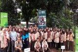 Para peserta seremonial pemberian simbolis 1000 bibit pohon diikuti oleh para para pelajar dari 11 sekolah menengah kejuruan yang ada di Jakarta Selatan dan dihadiri oleh para perwakilan guru, karyawan sekolah, media dan pejabat FSC Indonesia. (Megapolitan.Antaranews.Com/Foto: Humas FSC).