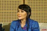 Dewi Gita menangis saat dimintai komentarnya perceraian Gisel-Gading