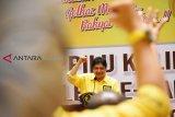 Ketua Umum DPP Partai Golkar sekaligus Menteri Perindustrian Airlangga Hartanto berorasi saat acara pengukuhan Badan Pemenangan Pemilu (Bappilu) dan pelepasan caleg Golkar se-Kalbar di Kabupaten Kubu Raya, Kalbar, Sabtu (17/11/2018). Airlangga Hartanto menyerukan kepada seluruh pengurus dan kader Partai Golkar se-Kalbar untuk memenangkan pasangan Joko Widodo dan Ma'ruf Amin dalam Pilpres 2019 mendatang. ANTARA FOTO/Jessica Helena Wuysang