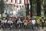 Presiden Joko Widodo (keempat kanan) didampingi sejumlah menteri kabinet kerja dan Gubernur Jawa Barat Ridwan Kamil (kedua kanan) mengayuh sepeda ontel ketika mengikuti kegiatan sepeda bersama dengan tema Bandung Lautan Sepeda di Bandung, Jawa Barat, Sabtu (10/11/2018). Kegiatan yang diikuti ribuan peserta tersebut dalam rangka memperingati Hari Pahlawan. ANTARA JABAR/Wahyu Putro A/agr.