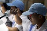 Petugas melakukan pemeriksaan visual vaksin manual sebelum pengemasan di laboratorium milik PT Bio Farma, Bandung, Jawa Barat, Jumat (23/11/2018). Direktur Utama Bio Farma M Rahman Roestan menargetkan penjualan ekspor vaksin ke negara berkembang hingga tahun 2018 bisa mencapai 71,6 juta dolar AS. ANTARA JABAR/M Agung Rajasa/agr