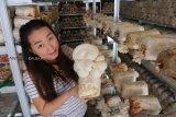 Pengusaha Jamur Tiram Betty (38 tahun) memperlihatkan Jamur Tiram di media budidaya (baglog) saat panen di kediamannya di Sungai Raya Dalam, Pontianak, Kalimantan Barat, Kamis (22/11/2018). Betty yang melakukan usaha budidaya jamur tiram dengan mendatangkan baglog dari petani lokal Kalbar dan Pulau Jawa tersebut, karena peluang bisnisnya menjanjikan serta adanya permintaan pasar yang terus meningkat dengan harga jamur yang dijual sekitar Rp50 ribu per kilogram. ANTARA FOTO/Jessica Helena Wuysang
