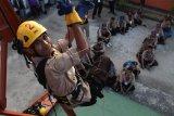 Seorang siswa SMA berlatih 'high angle rescue technique' saat mengikuti pendidikan dasar pramuka tanggap bencana di areal latihan Basarnas Kendari, Kendari, Sulawesi Tenggara, Selasa (20/11/2018). Sebanyak 39 siswa perwakilan Kwartir dari 17 kabupaten/kota dilatih oleh instruktur SAR Basarnas demi meningkatkan kemampuan anggota pramuka untuk teknik pencarian dan pertolongan. ANTARA FOTO/Jojon/foc.