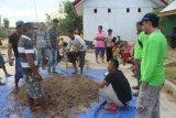 Dosen UHO edukasi warga Amasara produksi pupuk organik