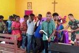 TNI berikan sumbangan Alkitab di kampung perbatasan RI-PNG