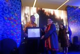 LKBN Antara yang diwakili Direktur Pemberitaan yang juga Pemimpin Redaksi LKBN Antara Akhmad Munir menerima penghargaan sebagai Media Menginspirasi Piala Merak 2018 dari Menteri Pemberdayaan Perempuan dan Perlindungan Anak (PPPA), Yohana Yembise, pada acara Puncak Malam Anugerah Media Ramah Anak (Merak) Tahun 2018 di Jakarta, Jumat (7/12/2018).