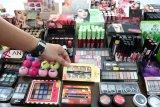 Petugas memperlihatkan kosmetik ilegal hasil penertiban pasar saat rilis kasus di Kantor BBPOM Pontianak, Kalimantan Barat, Jumat (7/12/2018). Dari hasil penertiban pasar di Kota Pontianak dan Singkawang pada 26-30 November tersebut, BBPOM Pontianak menyita kosmetik tanpa izin edar mengandung bahan berbahaya sebanyak 148 item dengan jumlah 1.291 kemasan senilai Rp60.919.500. ANTARA FOTO/Jessica Helena Wuysang