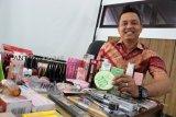 Kepala seksi Balai Besar Pengawas Obat dan Makanan (BBPOM) Pontianak Berthin Hendry Dunard memperlihatkan kosmetik ilegal hasil penertiban pasar saat rilis kasus di Kantor BBPOM Pontianak, Kalimantan Barat, Jumat (7/12/2018). Dari hasil penertiban pasar di Kota Pontianak dan Singkawang pada 26-30 November tersebut, BBPOM Pontianak menyita kosmetik tanpa izin edar mengandung bahan berbahaya sebanyak 148 item dengan jumlah 1.291 kemasan senilai Rp60.919.500. ANTARA FOTO/Jessica Helena Wuysang