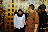 Direktur Jenderal Pemasyarakatan (Dirjen Pas) Kemenkumham, Sri Puguh Budi Utami (kiri)) didampingi Kepala Kanwil Kemenkumham Aceh, Agus Toyib (kanan) keluar pintu ruangan saat sidak pascakerusuhan di Lembaga Permasyarakatan Kelas II A Lambaro, pascakerusuhan di Banda Aceh, Sabtu (1/12/2018). Dirjen PAS Kemenkumham Sri Puguh Budi Utami, menyatakan kerusuhan di Lapas Lambaro yang menyebabkan 113 napi kabur dan 37 napi telah ditangkap itu diduga provokasi oleh sekelompok napi kasus narkoba, tidak over kapasitas dan meminta petugas Lapas memberikan pelayanan yang baik kepada napi. (Antara Aceh/Ampelsa)