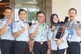 Kepala Kantor Imigrasi Kelas II Non TPI Blitar Muhammad Akram (tengah) berfoto bersama usai menerima sertifikat ZI-WBK di Jakarta, Senin (10/12/2018). Sertifikat tersebut diserahkan atas prestasi dan komitmen kanim blitar dalam membangun zona integritas dan peningkatan pelayanan. Antara Jatim/Humas Kanim Blitar/IA/ZK.