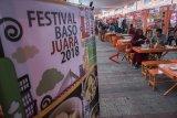 Warga menikmati kuliner bakso yang disajikan di acara Festival Baso Juara 2018 di kawasan Cikapundung Timur, Bandung, Jawa Barat, Jumat (7/12/2018). Kegiatan yang melibatkan sedikitnya 40 penjual bakso dari berbagai daerah di Jawa Barat tersebut dilaksanakan bertujuan untuk memanjakan pecinta dan penikmat bakso sebagai salah satu kuliner khas di Indonesia serta upaya memasarkan kembali ke masyarakat. ANTARA JABARNovrian Arbi/agr