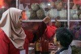Warga melihat sejumlah ukuran bakso yang disajikan di acara Festival Baso Juara 2018 di kawasan Cikapundung Timur, Bandung, Jawa Barat, Jumat (7/12/2018). Kegiatan yang melibatkan sedikitnya 40 penjual bakso dari berbagai daerah di Jawa Barat tersebut dilaksanakan bertujuan untuk memanjakan pecinta dan penikmat bakso sebagai salah satu kuliner khas di Indonesia serta upaya memasarkan kembali ke masyarakat. ANTARA JABARNovrian Arbi/agr