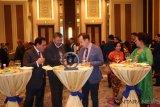 Menteri Luar Negeri Mongolia Tsogtbaatar Damdin (tiga kiri) berbincang dengan Duta Besar RI untuk China merangkap Mongolia Djauhari Oratmangun (kiri) dalam acara Resepsi Diplomatik Indonesia di Ulaanbaatar, Jumat (7/12/2018) malam. Dalam kesempatan tersebut, Menlu Mongolia sepakat untuk meningkatkan hubungan perdagangan antara kedua negara. ANTARA FOTO/M. Irfan Ilmie/hp.
