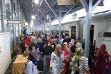 Penumpang memadati Stasiun Kereta Api menjelang pergantian tahun di Stasiun Besar Medan, Senin (31/12) .