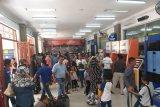 Penumpang memadati Stasiun Kereta Api menjelang pergantian tahun di Stasiun Besar Medan, Senin (31/1)